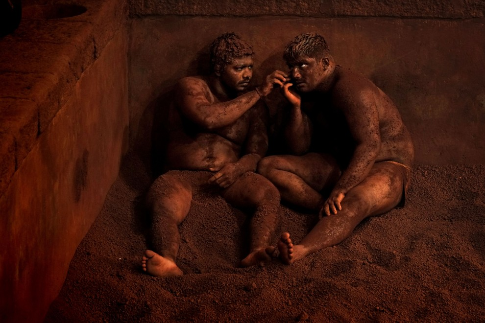 Kushti is the traditional form of Indian wrestling. Wearing only a well-adjusted loincloth (´†langot†ª), wrestlers or ´†Pelwhans†ª enter a pit made of clay, often mixed with salt, lemon and ghee (clarified butter). At the end of a workout, wrestlers rest against the walls of the arena covering their heads and bodies with earth to soak up any perspiration and avoid catching cold. This relaxation ceremony is completed with massages to soothe tired muscles and demonstrate mutual respect.