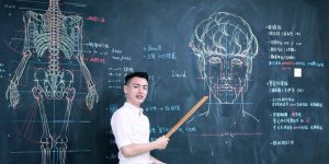 Taiwanese Teacher Uses His Awesome Drawings Skills On The Chalkboard To Teach His Students Anatomy