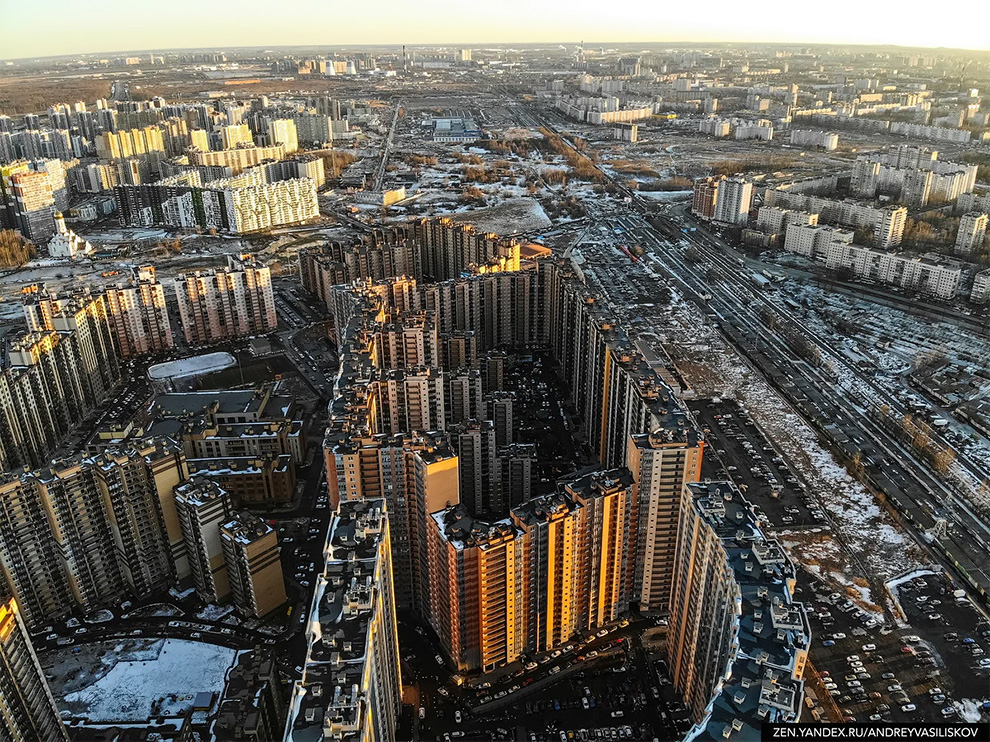 35 Entrances, 3708 Apartments: Welcome to the Russian Kowloon Walled City!
